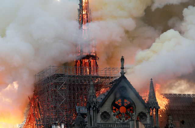 ▲ Smoke billows as fire engulfs the spire of Notre Dame Cathedral in Paris, France April 15, 2019. REUTERS/Benoit Tessier <All rights reserved by Yonhap News Agency>