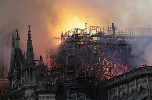▲ epa07509074 Flames on the roof of the Notre-Dame Cathedral in Paris, France, 15 April 2019. A fire started in the late afternoon in one of the most visited monuments of the French capital.  EPA/IAN LANGSDON    <All rights reserved by Yonhap News Agency>