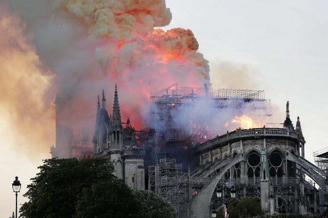 ▲ epa07508972 Flames on the roof of the Notre-Dame Cathedral in Paris, France, 15 April 2019. A fire started in the late afternoon in one of the most visited monuments of the French capital.  EPA/IAN LANGSDON    <All rights reserved by Yonhap News Agency>