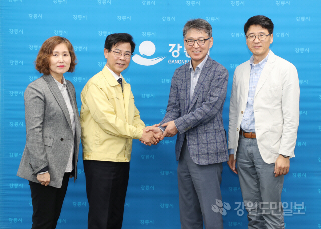 ▲ 제조업체 파워로직스(대표 김원남)는 18일 강릉시청을 방문해 산불피해 이재민 돕기 성금 2000만원을 전달했다