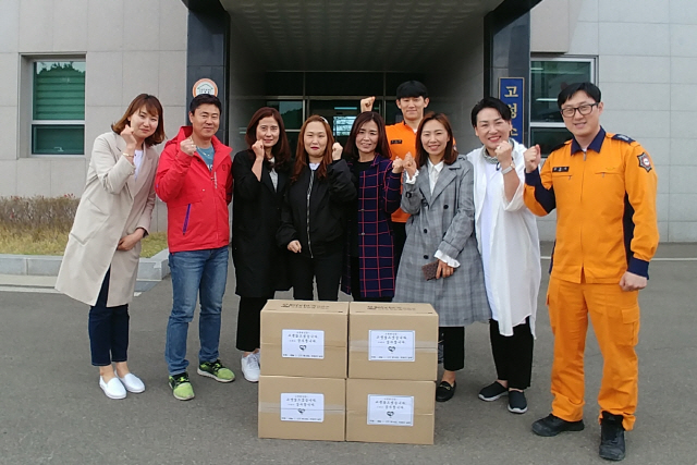 ▲ 인천시 연수구 새늘 1,2기 가족봉사단은 18일 고성소방서를 방문,도라지배즙 4박스를 전달했다.