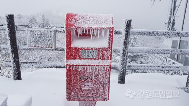 ▲ 26일 강원도 전역에 비가 내린 가운데 설악산 고지대에는 오후 4시 현재 10㎝의 눈이 내렸다.사진은 눈 쌓인 설악산 중청대피소 모습.