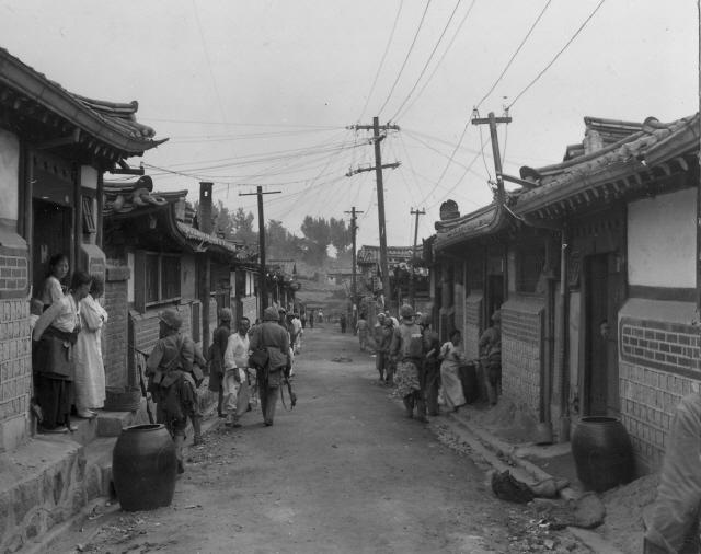 ▲ 1950년 9월 유엔군들이 서울 종로 한옥마을에서 인민군 잔당을 쫓고 있다.