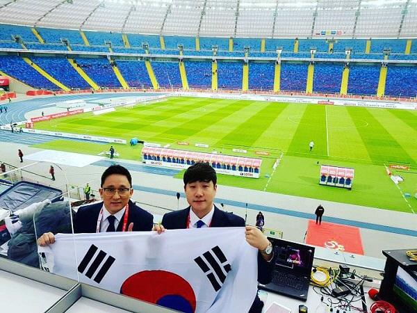 ▲ 장지현(사진 왼쪽)SBS 축구해설위원과 배성재 아나운서가 지난해 3월 28일 폴란드 호주프 실레시아 스타디움에서 열린 한국과 폴란드의 A매치 평가전에 앞서 태극기를 들고 기념사진을 찍었다.