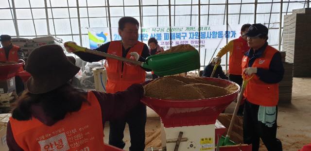▲ 화천군자원봉사센터(센터장 김영수)는 26일 산불 피해를 입은 고성군 토성면 원암리 마을을 찾아 모판작업을 도왔다.