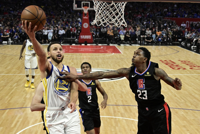 ▲ Golden State Warriors guard Stephen Curry, left, shoots as Los Angeles Clippers guard Lou Williams defends during the second half in Game 6 of a first-round NBA basketball playoff series Friday, April 26, 2019, in Los Angeles. The Warriors won 129-110. (AP Photo/Mark J. Terrill)