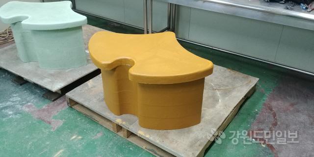 ▲ 제이에이치의 건설용 3D 프린팅 시제품 은행잎 벤치