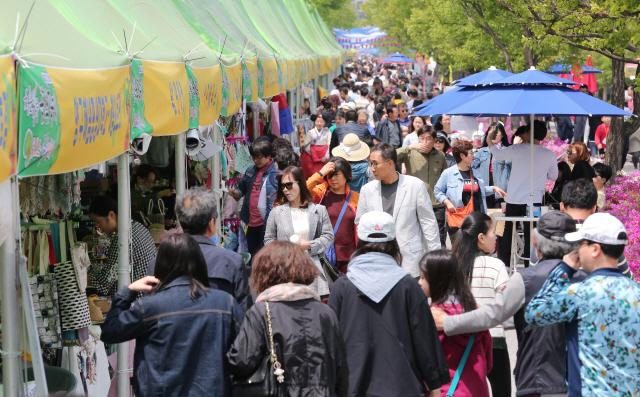 ▲ 곰취축제장을 찾은 관광객들.