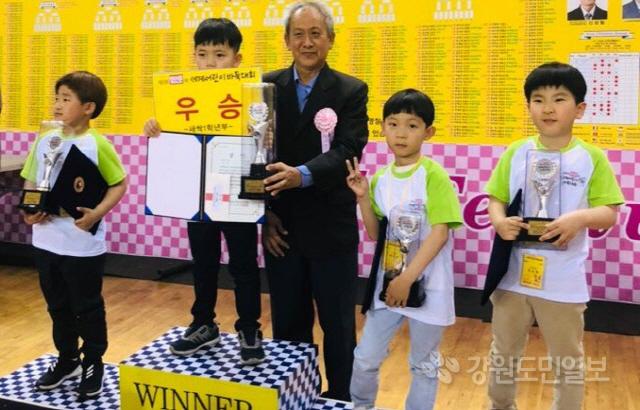 ▲ 정선초 전우성·배민준(1학년) 학생은 지난 5일 서울 올림픽공원 내 SK 핸드볼경기장에서 아시아바둑연맹이 개최한 '제8회 일요신문배 세계 어린이 바둑대회'에서 각각 2위와 3위에 입상했다.