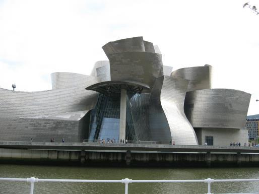 ▲ 보는 방향에 따라 다른 느낌과 형태를 보여주는 빌바오 구겐하임 미술관.