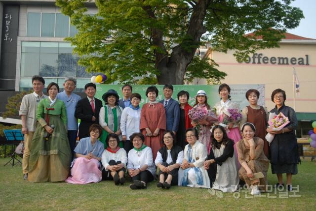 ▲ 토지시낭송회(회장 최인혜)는 지난 11일 박경리문학공원에서 13명의 시낭송가와 시민들이 참석한 가운데 시낭송회를 개최했다.