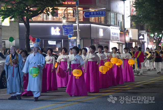 ▲ 삼척 삼산사는 지난 11일 경내에서 봉축 제등법회를 봉행한 뒤 시가지 제등행렬을 했다.