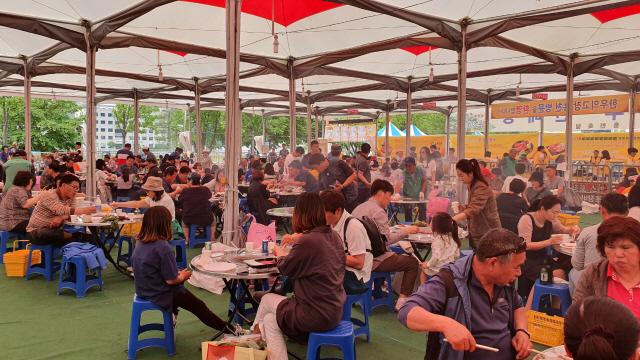 ▲ 제1회 홍천한우·산나물축제 한우 셀프식당에 많은 방문객이 찾아 성황을 이뤘다.