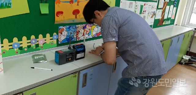 ▲ 화천교육지원청(교육장 기광로)은 13~14일 이틀 동안 지역 내 모든 학교를 대상으로 교내 공기 질 측정을 실시하고 있다.