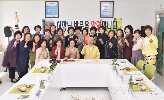▲ 삼척시·시여성단체협의회 간담회가 13일 시여협 사무실에서 김양호 시장과 이경자 시여협회장,회원들이 참석한 가운데 열렸다.