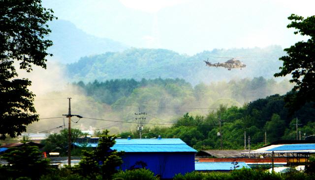 ▲ 양구지역 수리온헬기 소음측정이 진행된 13일 헬기소음과 함께 이·착륙시 많은 양의 흙먼지가 발생해 인근 마을을 뒤덮고 있다.