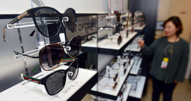 ▲ 강한 자외선으로 오존농도가 높아지고,봄철 꽃가루가 기승을 부리자 13일 한 시민이 안경 전문점에서 선글라스를 고르고 있다.  방병호