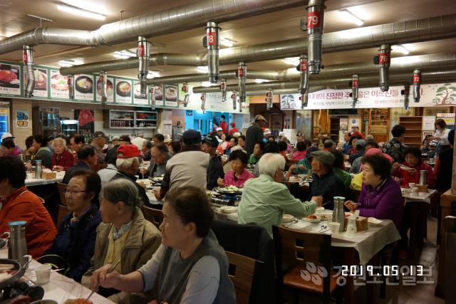 ▲ 평창한우마을(대표 김진훈) 면온점은 14일 지역 어르신 400여명을 초청,한우불고기 등 점심을 대접하고 경로잔치를 열었다.