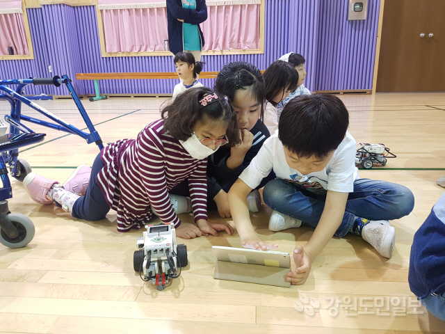 ▲ 영월 마차초교(교장 김진구)는 14일 본·분교 전교생을 대상으로 레고 EV3를 활용한 로봇체험 등의 이동과학교실을 운영했다.