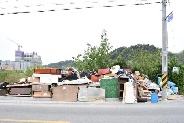 ▲ 강릉 진리항 도로주변에 폐가구 등 각종 쓰레기들이 쌓여있다.
