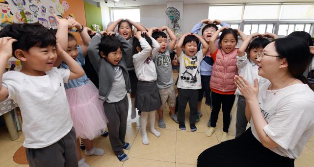 ▲ 스승의 날을 하루 앞둔 14일 춘천의 한 유치원 어린이들이 선생님을 향해 고사리손을 모아 하트를 만들어보이고 있다. 최유진