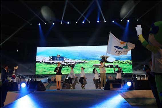 ▲ 강원도선수단이 14일 익산 실내체육관에서 열린 제13회 전국장애학생체육대회 개회식에 참석했다.