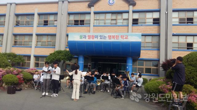 ▲ 홍천고 윈드오케스트라 학생들이 15일 스승의 날을 맞아 학교 중앙 현관 앞 교정에 작은 무대를 마련하고 노래를 연주하며 고마움을 전했다.