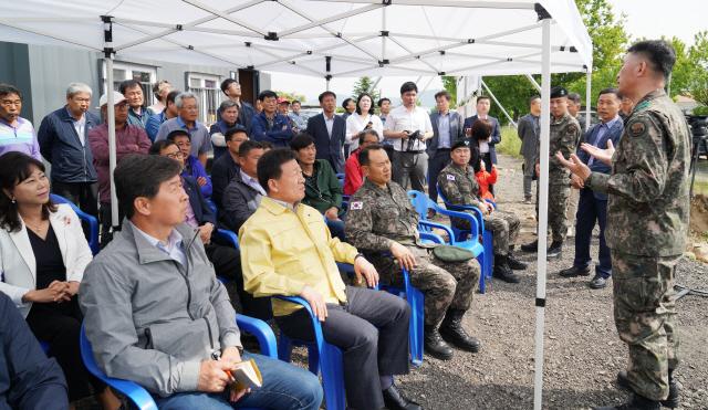 ▲ 양구 안대리 헬기부대의 수리온헬기 소음측정 설명회가 15일 조인묵 군수와 이상건 의장,주민 등이 참석한 가운데 열렸다.