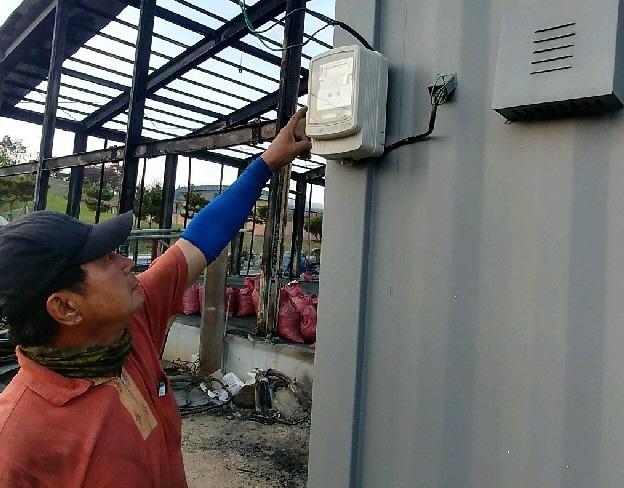 ▲ 한국전력공사 속초지사가 지난 14일 산불피해로 30여억원의 피해를 입고 영업을 중단한 속초의 한 폐차장에 사업주 동의없이 전력량계를 설치해 논란이 된 가운데 김모 대표가 새로 설치된 전력량계를 가리키고 있다.