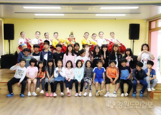 ▲ 삼척 이사부무용단(단장 원순희)은 16일 삼척중앙초교에서 학생들을 대상으로 공연을 가졌다.