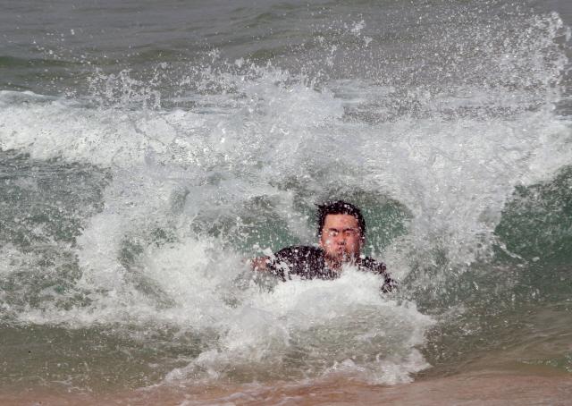 ▲ 4일 오후 강원 강릉시 경포해변을 찾은 젊은이가 바닷물에 뛰어들어 물놀이하고 있다. 2019.5.4