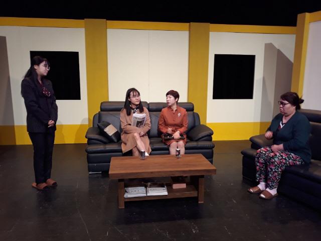 ▲ 극단 굴레씨어터의 신작 '춤추는 무당벌레'가 오는 19일 춘천 봄내극장 무대에 오른다.사진은 공연 연습 모습.
