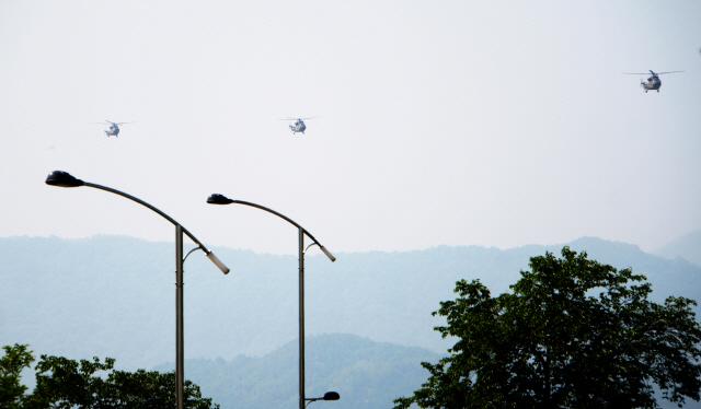 ▲ 양구 안대리 헬기부대의 수리온헬기 3대가 16일 소음측정을 위해 편대비행을 하고 있다.