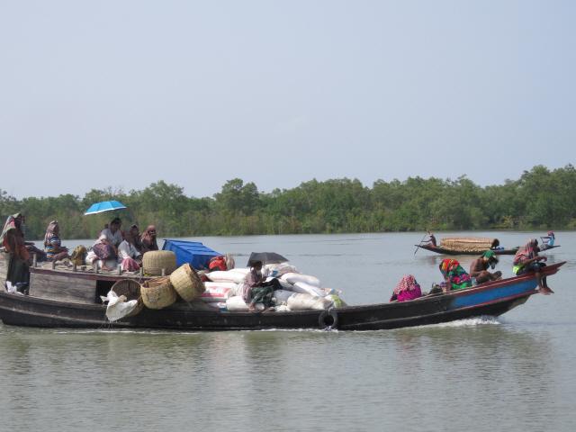 ▲ 순다르반의 맹그러브 숲과 강을 건너는 주민