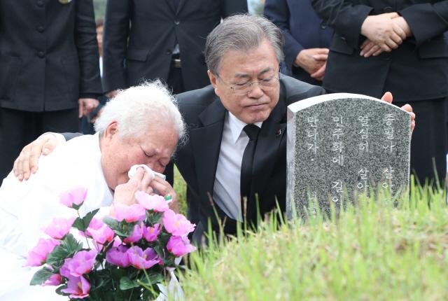 ▲ 문재인 대통령이 18일 오전 광주 국립5·18민주묘지 고 안종필 씨의 묘역에서 어머니 이정임 씨를 위로하고 있다. 2019.5.18
