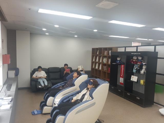 ▲ 도경제진흥원은 최근 5층 사무실에 휴식공간인 '휴마루'를 설치했다.