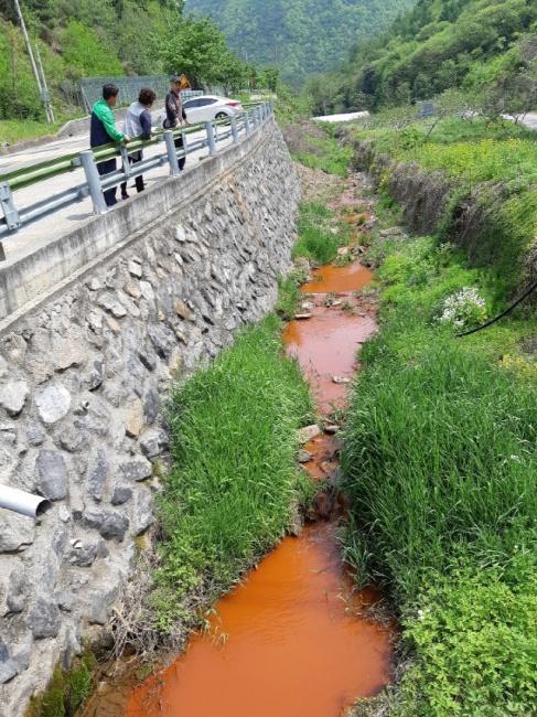 ▲ 영월읍 옛 보령탄광 갱내수가 유출돼 속골천을 붉게 오염시키고 있다.