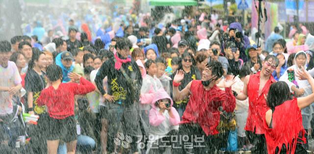 ▲ 2019 춘천마임축제가 오는 26일 개막해 내달 2일까지 춘천 곳곳에서 펼쳐진다.사진은 지난해 축제 모습.