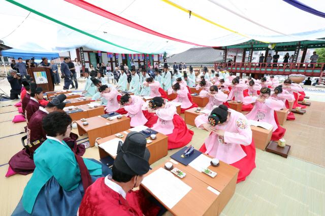 ▲ 홍천향교 청년유도회와 여성유도회는 19일 홍천향교에서 제47회 성년의 날을 맞아 '제29회 홍천 전통 관·계례식'을  올렸다.