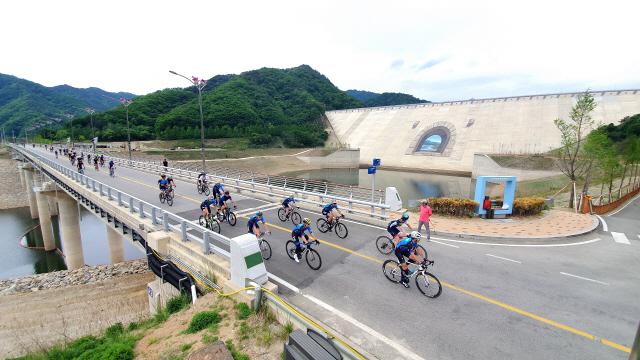 ▲ 화천DMZ랠리가 19일 총 연장 73km의 화천 DMZ코스에서 자전거 마니아 5000여 명이 출전한 가운데 열렸다.