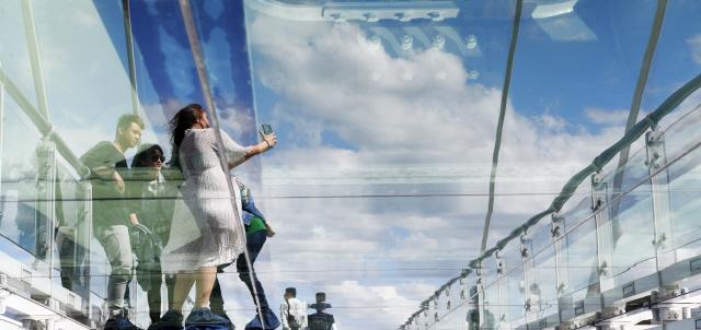 ▲ 쾌청한 날씨를 보인 20일 춘천 소양강스카이워크를 찾은 관광객들이 넓게 펼쳐진 파란하늘과 구름을 배경으로 사진을 찍으며 추억을 만들고 있다.   최유진