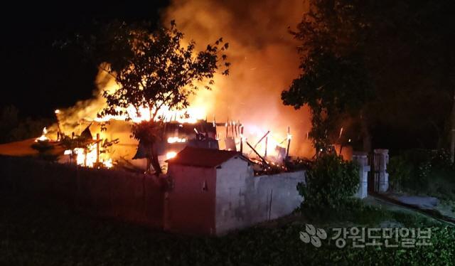 ▲ 21일 오전 2시 15분쯤 강릉시 연곡면 송림리의 한 주택에서 화재가 발생해 주택이 불타고 있다.