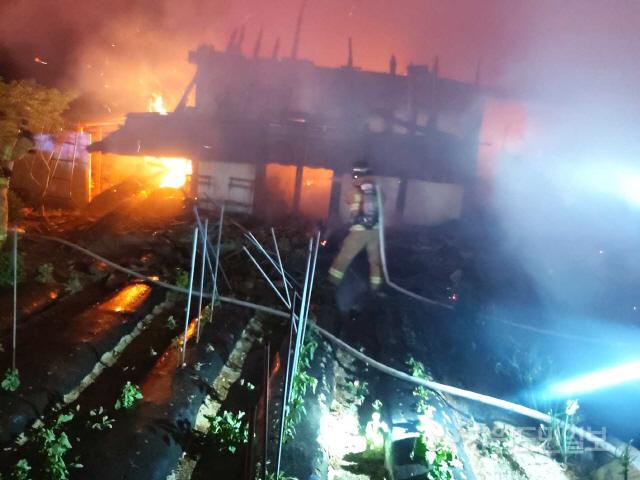▲ 21일 오전 2시 15분쯤 강릉시 연곡면 송림리의 한 주택에서 불이나 소방대원이 화재를 진압하고 있다.