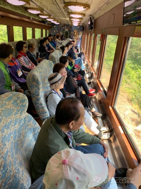 ▲ 강원랜드 복지재단은 21일 강릉과 삼척에서 폐광지역 시니어 초청 ' 어르신 나들이' 프로그램을 진행했다.