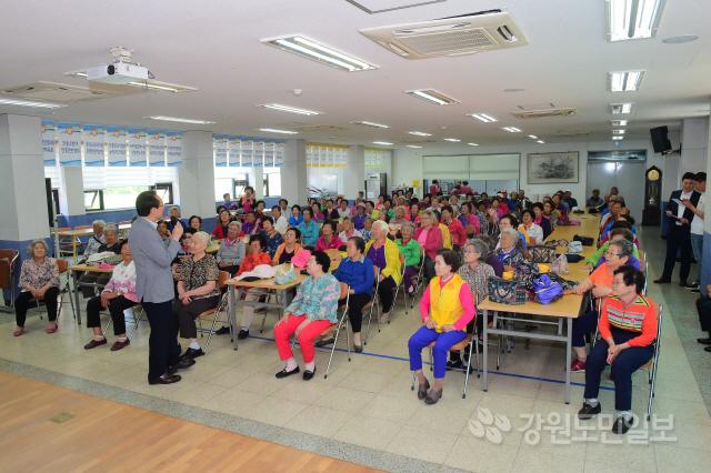 ▲ 한규호 횡성군수는 22일 오전 안흥복지회관에서 열린 안흥은빛대학에 참가,지역 어르신들과 대화시간을 가졌다.정태욱