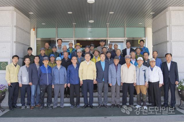 ▲ 한국임우회(회장 전진표)는 23일 고성군청을 방문,산불피해 복구 성금 100만원을 기탁했다.