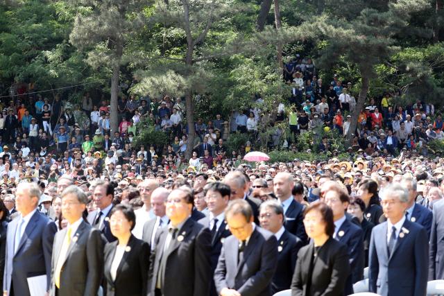 ▲ 23일 오후 경남 김해 봉하마을에서 열린 노무현 전 대통령 서거 10주기 추도식에 시민들이 참석해 있다. 2019.5.23