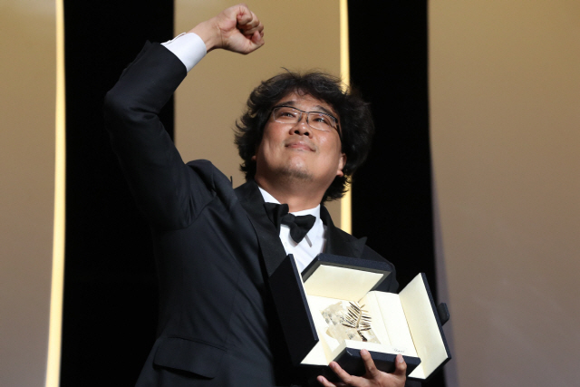 ▲ 봉준호 감독의 영화 '기생충'이 25일(현지시간) 프랑스 칸에서 열린 올해 제72회 칸 영화제에서 최고상인 황금종려상을 받았다.