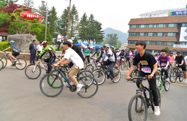 ▲ 화천 자전거대행진 참가자들이 25일 군청광장을 출발하고 있다.