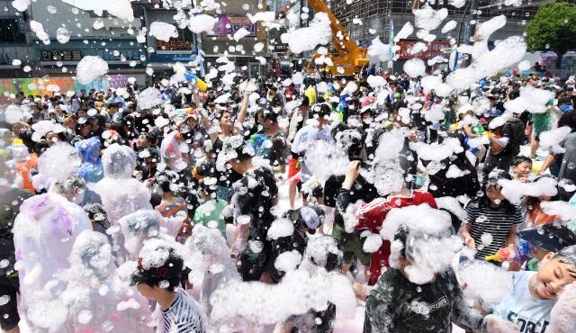 ▲ 2019 춘천마임축제가 개막한 26일 춘천시 중앙로에서 공연자와 시민들이 어우러진 '아!水(수)라장' 프로그램이 펼쳐지고 있다.   최유진